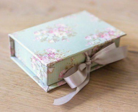 Auf diese Seite kann man die Anleitung für eine schöne Box finden. Die Shabby Chic Box basteln kann jeder und es ist ganz einfach. Schauen Sie mal!