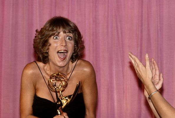 penny-marshall-attends-the-31st-annual-primetime-emmy-awards-circa-picture-id611391807 (594×401)