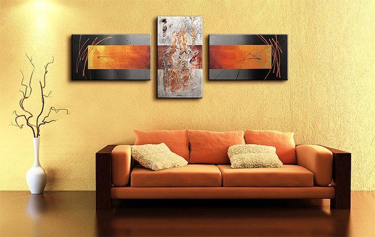 Hier is heel goed te zien hoe mooi een modern geschilderd drieluik precies aansluit bij het moderne interieur.In dit geval is heel goed naar de kleuren gekeken van het schilderij en de meubelen.