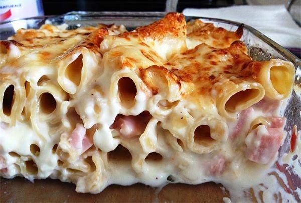 I maccheroni al grattè (gratin), sono una ricetta dell'epoca dei reali borbonici, un timballo con salsa di besciamella, molto amato ancora oggi.