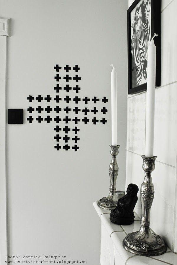 svartvitt, svartvita detaljer, kors på väggen, diy kors, korset, washitejp, ljusstakar på kakelugn, kakelugnar, vitt, svart buddha, detaljer, detalj, inspiration, kök, industriellt kök, svart ram, ramar, tavlor, prints, artprint,