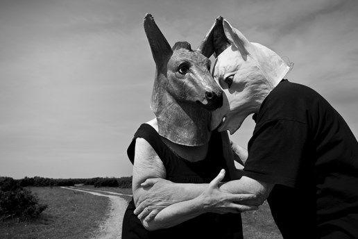 Två älskade legendarer inom svensk textilkonst har under våren lämnat jordelivet. Paret Raine Navin och Gunilla Skyttla var lika omtyckta för sin konst som sin levnadskonst. Textila entertainers kallades de ofta, men leken var på allvar.