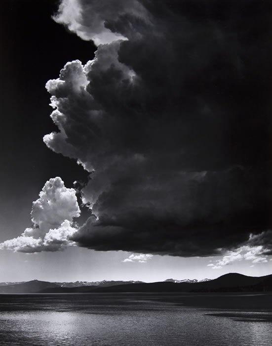 Ansel Adams – Thundercloud, 1936  Tegenstelling: zwart/wit en het is een ander landschap dan Nederland