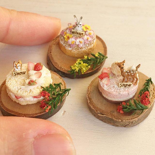 本当にあっという間に年の瀬ですね。今日はミンネ用に、3種類の森のスイーツシリーズを作りました(^^)子リスといちごのnakedcake、うさぎとビオラのリースのスポンジケーキ、バンビといちごのムースです♩出品中ですので、よろしければご覧くださいね。 #ミニチュアフード#ミニチュア#ハンドメイド#ドールハウス#食品サンプル#miniaturefood #miniature #handmade #dollhouse #minne