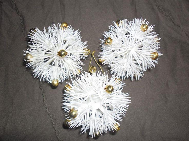 Annons på Tradera: Retro julgranspynt vita runda snöflingor snöbollar i plast med guldpärlor i glas
