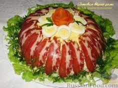 """Рецепт: Салат """"Королевская мантия""""Продукты Картофель, сваренный в мундире – 2 шт. Морковь вареная – 1 шт. Лук репчатый (лучше красный) – 1 шт. Огурцы свежие небольшие – 2 шт. Яйца куриные вареные – 3 шт. Яйца перепелиные вареные – 4-5 шт. Балык свиной (ветчина) – 200 г Свинина сырокопченая (нарезка) – 100 г Сыр твердый – 100 г Соль Перец черный молотый Майонез Листья салата – 4-5 шт. Зелень петрушки и укропа – по 2 веточки чистить овощи и яйца. Огурцы тоже можно очистить. Застелит"""