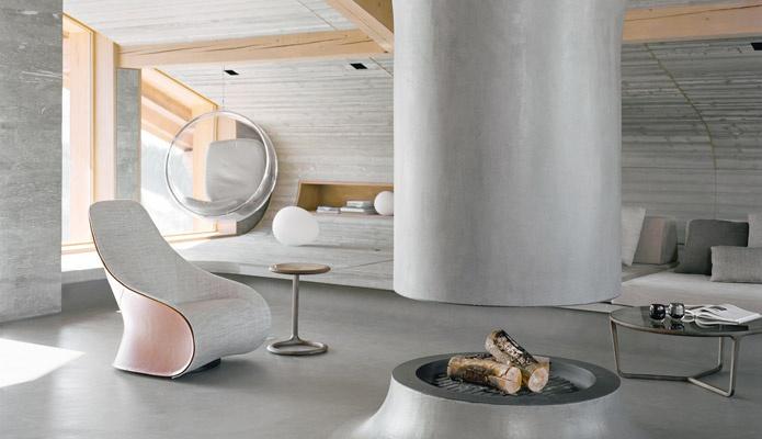En los Alpes franceses, el interiorista Noé Duchaufour-Lawrance transformó un antiguo refugio de esquí en una casa de vacaciones revestida de madera y piedra, con cemento dúctil y muebles ultracontemporáneos