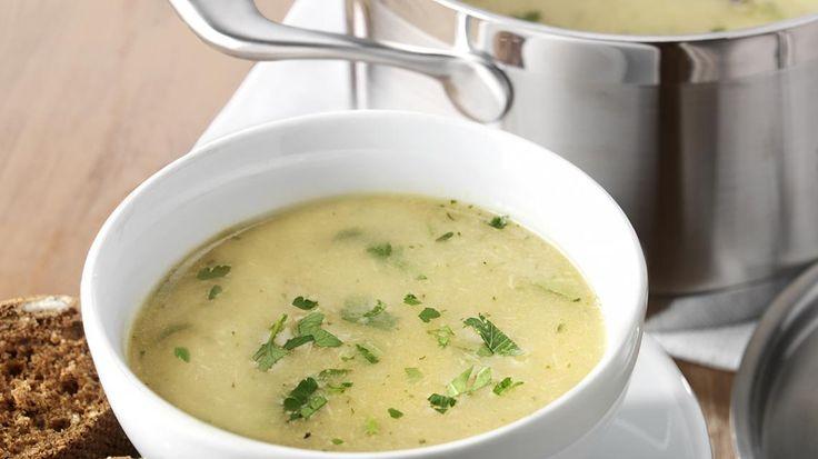 Romige uiensoep met emulsie van geroosterde knoflook en peterselie | VTM Koken