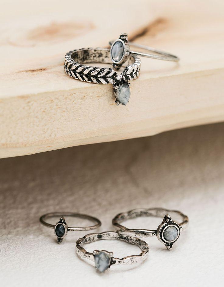 Anillos piedra gris. Descubre ésta y muchas otras prendas en Bershka con nuevos productos cada semana