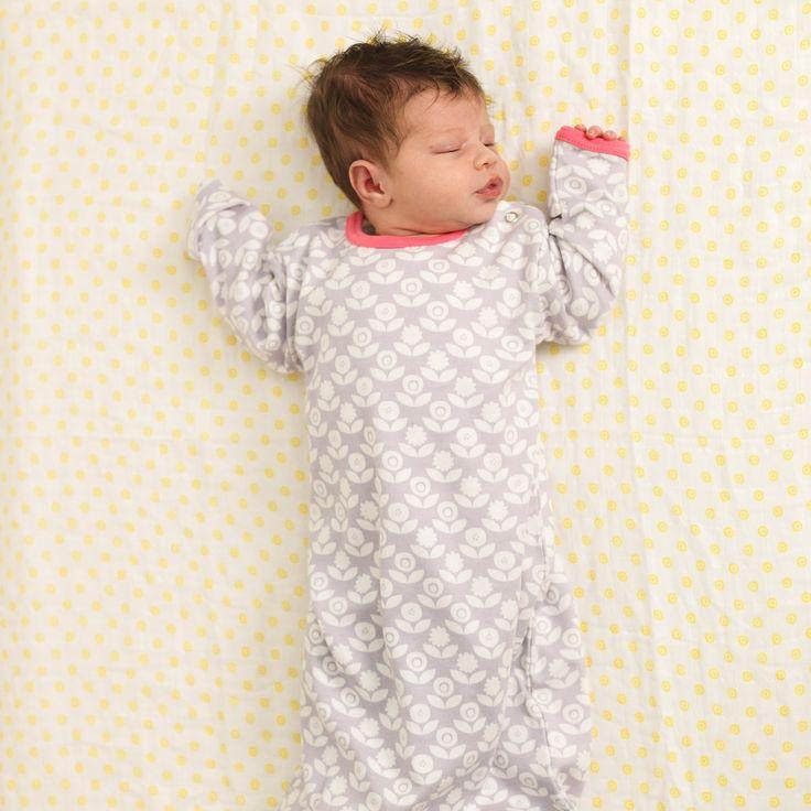 Bio Baby Nachthemd / Sommerschlafsack mit Blumen in Grau