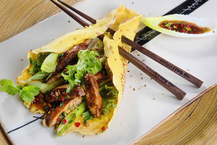 Jianbing er berømt gatemat i Kina. Denne versjonen av den berømte pannekaken er nok et stykke fra originalen, men med saftige kyllingbiter og hoisinsaus får du en god Asia-feeling.