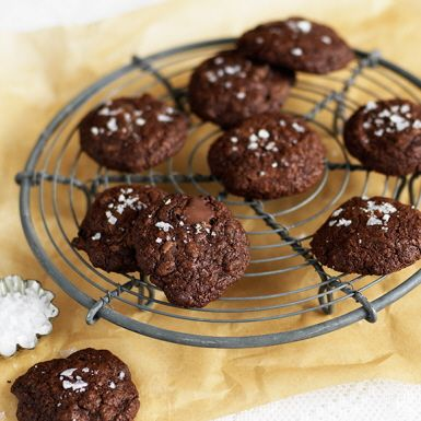 Att baka småkakor med rågmjöl går alldeles utmärkt. Rågmjölet ger dessa cookies en härligt seg konsistens och fyllig smak som förstärks av mörk choklad. De är inte fullt lika söta som amerikanska cookies, men lika goda ändå – särskilt med flingsalt på toppen!