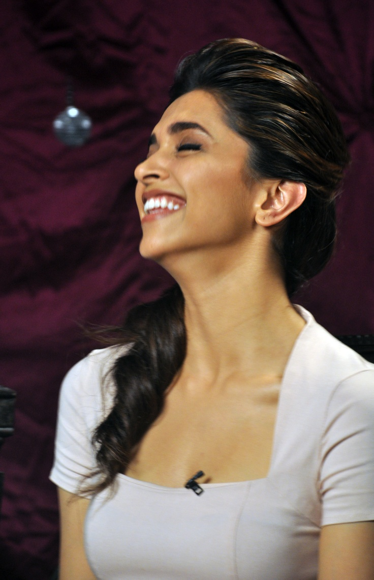 Deepika Padukone laughing her lungs out. #deepikapadukone #zoomtv #bollywood