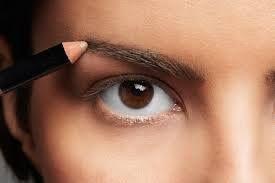 Sabe como maquilhar correctamente as suas sobrancelhas?  A melhor forma consiste em passar o lápis, com a mesma tonalidade do pelo ou mais similar possível, de forma a disfarçar as falhas ou aumentar a espessura da sobrancelha, caso seja muito fina.