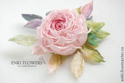 Брошь цветок розовая роза `Софи`.Цветы из шелка.. Брошь цветок розы Софи выполнена из натурального шелка, каждый лепесток вырезан, окрашен, обработан и собран вручную.  Бутон имеет основной бледно-розовый цвет и лепестки белого кружева. Листва у цветка различных…