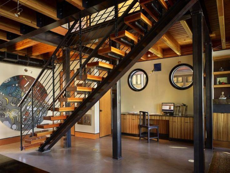 Ажурная конструкция лестницы на второй этаж не закрывает и не разделяет визуально жилое пространство первого этажа дома. .