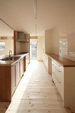IKEAアップロードホワイトと木のオープン棚でデザインしました。木の天板はIKEAのヌメレールのオークです。直線ラインが綺麗に仕上がり