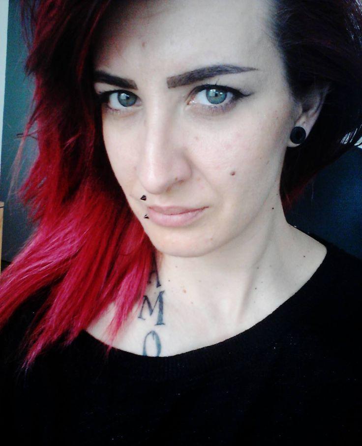 Já upírka + styl z upíra u hlavy(propojit)barva očí hnědočvervená,vlasy modré konečky styl foto 13 kostky