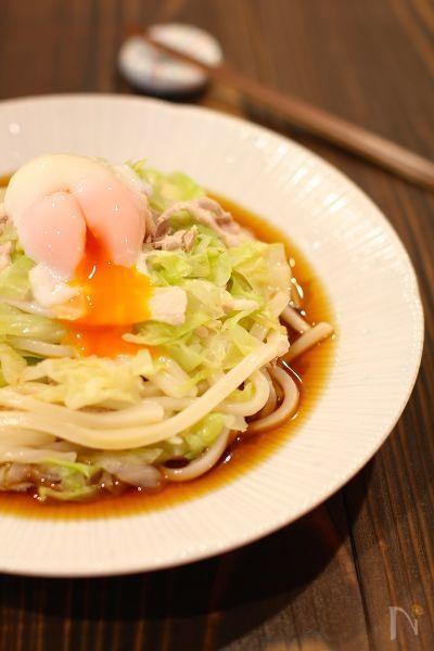 野菜たっぷり!!これ一皿で栄養満点!!  冷凍うどんを使って出来る簡単メニューです!  細切りにした春キャベツがうどんと絡んで、食感が楽しい一品です。  お好みで温泉卵と絡めてお召し上がりください。
