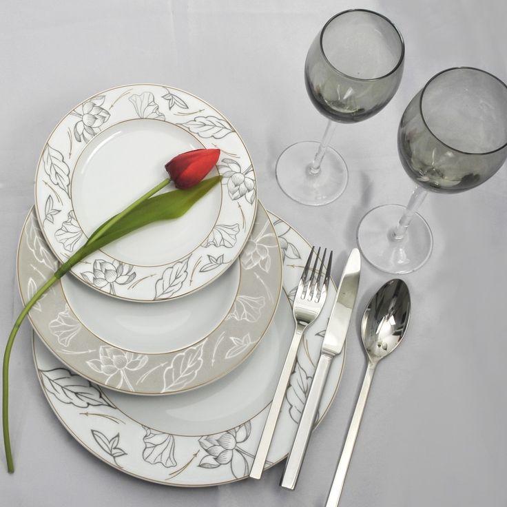 Ένα πιάτο για όλες τις ώρες, αφού έχει γήινα χρώματα και ταιριάζει για το τραπέζι με φίλους αλλά και το εορταστικό. Το πλεονέκτημα του δε είναι ότι επειδή το σχέδιο είναι κάτω από το γυάλωμα πλένεται στο πλυντήριο πιάτων. Πορσελάνη ευρωπαϊκή, με διαχρονικό σχέδιο Το σετ περιλαμβάνει από: 24 ρηχά, 12 βαθιά, 12 φρούτου, 12 γλυκού, 1 σουπιέρα, 1 σαλτσιέρα, 1 πιατέλα στρογγυλή, 4 ραβιέρες, 2 σαλατιέρες και 3 οβάλ πιατέλες.