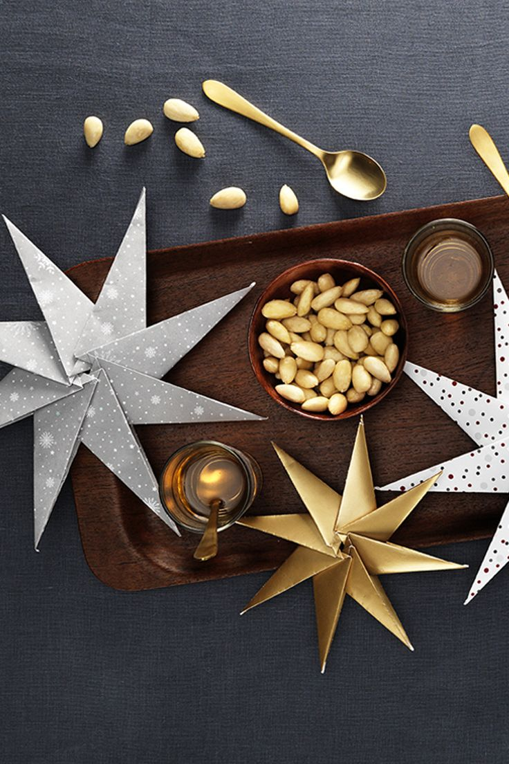 A tray with eye-catching decor www.pandurohobby.com Christmas Sweets by Panduro #sweets #DIY #decor #christmas #paperfolding #stars #origami #pappersstjärna
