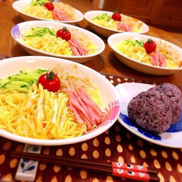今日の晩ご飯✩⃛ この前職場で冷やし中華作って食べたって子どもに話したら、今日冷やし中華食べたい言われ、作りました(^◇^;) 冷やし中華と黒米のおにぎりw - 28件のもぐもぐ - 冷やし中華と黒米おにぎりw by harunameiHrc