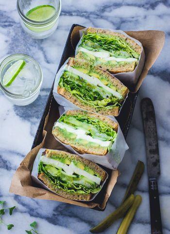 縦に詰める場合は、全体を包んだサンドイッチをワックスペーパーごとカットすればきれいに盛りつけられます。