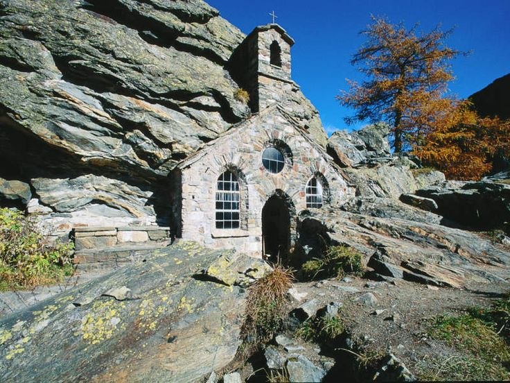 A stone chapel in the mountains / Osttirol Werbung