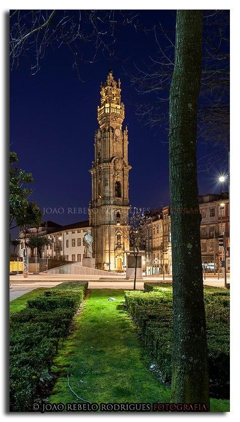 Considerado por muitos o ex libris da cidade do Porto, esta torre sineira faz parte da igreja com o mesmo nome, construída entre 1754 e 1763, a partir de um projecto de Nicolau Nasoni. Foi mandada erigir por D. Jerónimo de Távora Noronha Leme e Sernache, a pedido da Irmandade dos Clérigos Pobres.