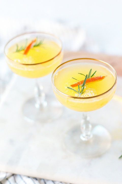 CLEMENTINE AND ROSEMARY MIMOSAS – Raise a glass with clementine mimosas infused with earthy rosemary. Click through for the entire gallery and for more easter brunch ideas.