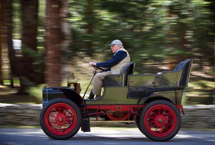 Мужчина едет на своём автомобиле Cadillac 1906 года в городе Фалмут, штат Мэн, 25 апреля 2013 года.