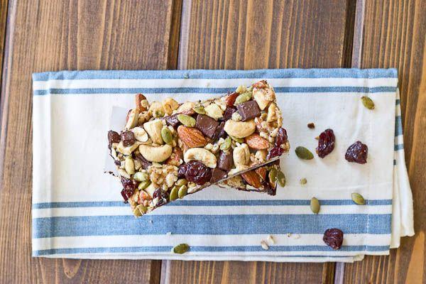 Ореховые батончики с вишней и шоколадом Батончики из гранолы можно брать с собой в качестве полезного перекуса в офис и на тренировки. Очень удобно.