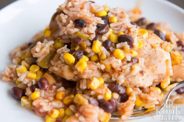 Spaanse gebakken rijst met kip en bonen! Dit Spaanse gerecht is echt een fantastisch gerecht voor wie ervan houdt eens iets anders te eten dan de Nederlandse keuken! Met rijst, groente en kip maak je een vullend en doch gezond avondmaaltje! Tip: koud smaakt het ook heel lekker!  Dit heb je nodig: