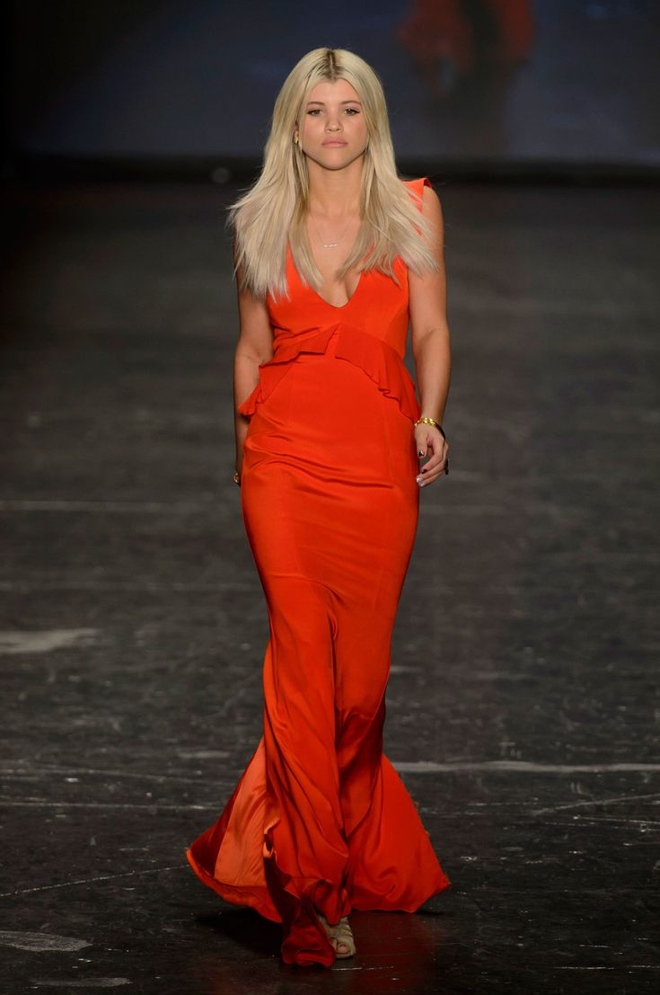 Red Dress Collection | Ready-to-Wear | Fall 2016 - welcome in the world of fashion