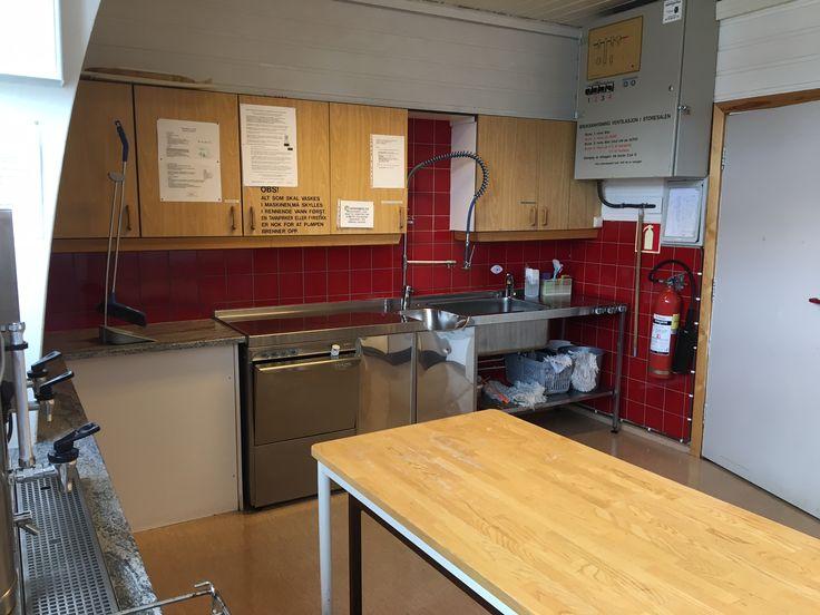 Kjøkken. Steamer, skyllekum og avlastningsbord.