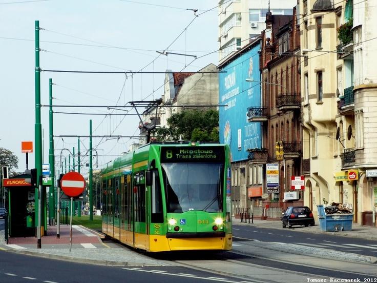 Poznań, tramwaj Siemens Combino #511 zjeżdża z nowego zielonego torowiska na ul.Głogowskiej. - #Poznan, #tramwaj, #tram