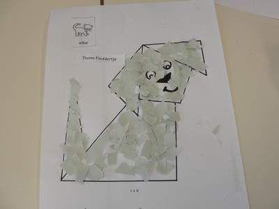 Hondje vouwen en da beplakken met gekleurde stukjes papier