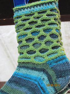 Circle Socken werden im Hebemaschen-Muster gestrickt. Diese Anleitung ist in Deutsch und kostenlos auf meinem Blog erhältlich.