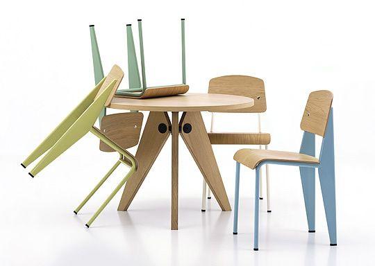 Le sedie Standard e il tavolo Guéridon,entrambi in catalogo da vitra