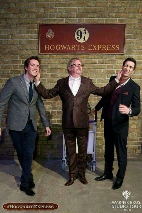 Mark Williams (Arthur Weasley❤) with James (➡Fred⬅) and Oliver (➡George⬅) Phelps!! So cute!!!!!!!!!
