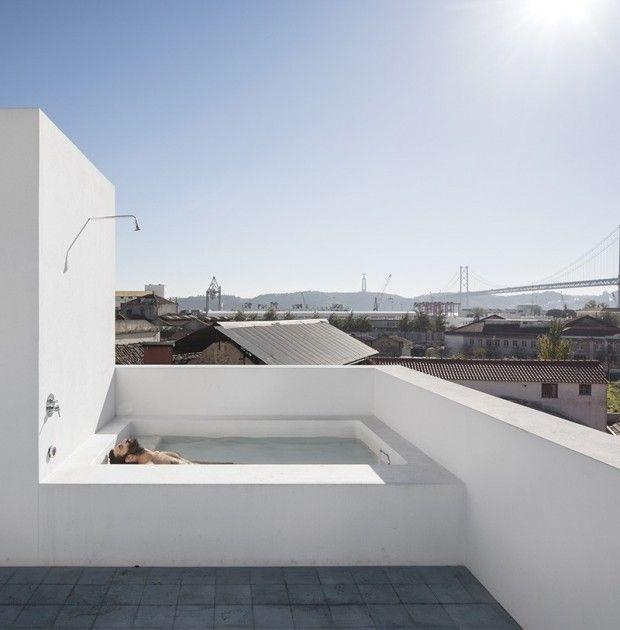 baignoire/douche placée sur le toit terrasse d'un immeuble surplombant la ville de Lisbonne.    José Adrião Architects,  Photos: Fernando Guerra de FG+SG