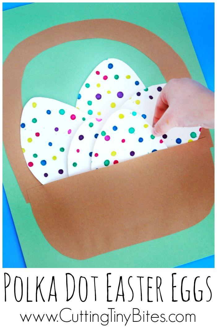 Jemné motoriky děti řemeslu na Velikonoce.  Roztomilý kapátko vejce do malého koše na papír.  Dobrá činnost pro batolata a děti v předškolním věku.