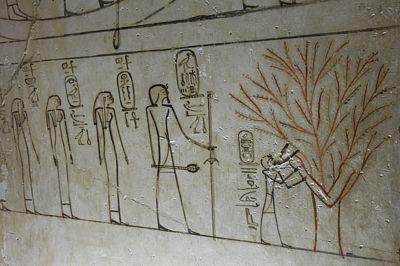 Bohyně Isis coby strom kojí panovníka Thutmose III.