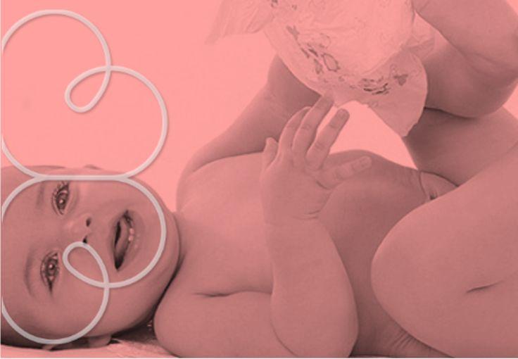 """A pele do bebê é mais frágil e sensível que a dos adultos, por isso, precisamos ter mais cuidados para evitar brotoejas e doenças, muitas delas causadas pelo excesso de transpiração.  Para que o seu filho continue com a tal """"pele de bebê"""" é importante que ela esteja limpa e fresquinha. Mais de um banho por dia pode ajudar, principalmente se você não usar sabonete em todas as vezes."""