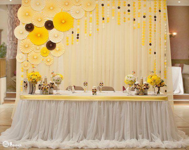 Декор для оформления, Президиум для молодоженов, Свадьбы в белом цвете, Тканевая растяжка, Скатерть, Драпировка тканью, Свадьбы в бежевом цвете, Бумажные веера, Свадьбы в желтом цвете, Цветы, Свадьбы в коричневых тонах, Подвесные нити