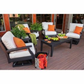 These punchy orange Sunbrella pillows take the space from lifeless to sparkling! ...spritzer anyone?!  #mazizmuse