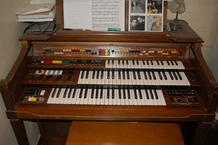 The Yamaha Electone (in this case a D-80)