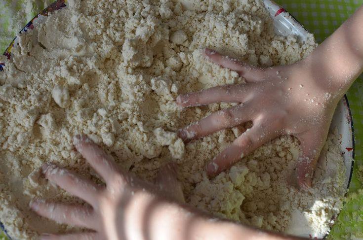 Van mijn moeder kregen we een zak met Maan zand, kneedbaar zand wat je kunt modelleren en kneden en wat niet uitdroogt. Ik kende het nog niet en wist ook niet dat je het zelf kon maken maar mijn moeder was het ergens tegen gekomen op pinterest en had het voor ons gemaakt. Ze gebruikte daarvoor een fles babyolie en bloem. De verhouding is 8 kopjes bloem op 1 kopje babyolie. Je zou het maanzand ook in de winkel kunnen kopen maar zelf maken is een stuk voordeliger. De kinderen vonden het leuk…