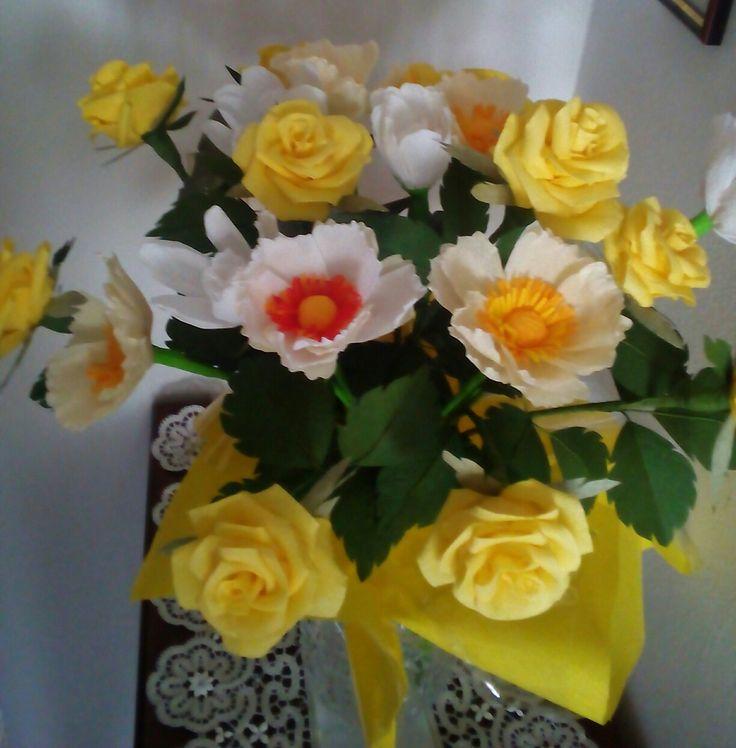 Composizione gialla. Rose e papaveri in carta crespa - Anna Bonelli
