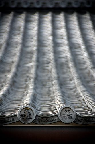 Japanese roof details of Tenryu-ji, Kyoto, Japan: photo by Sushicam